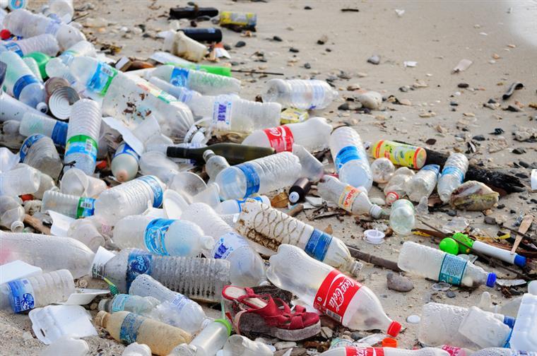 Reduzir o plástico, um copo e uma palhinha de cada vez